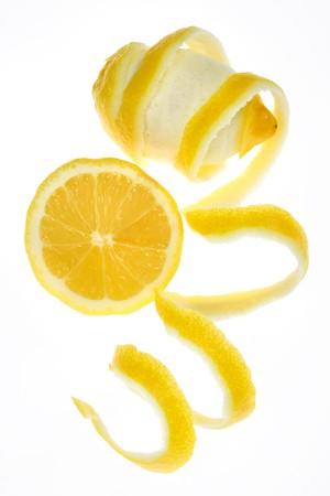 soyulmuş: Peeled lemon fruit isolated on white background