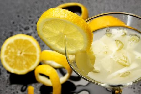 jus de citron: Le jus de citron naturelle sert dans un verre � cocktail