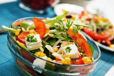 Ensalada de queso delicioso con tomate, pepino, maíz dulce y brotes de soja  Foto de archivo - 7020171