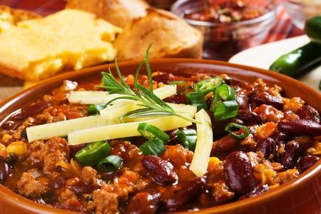 ejotes: Chili con carne mexicana decorado con cebolleta y chiles