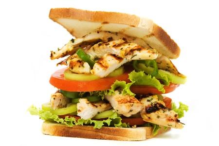 pollo asado: Sandwich con pollo a la parrilla, tomate y lechuga aislados sobre fondo blanco  Foto de archivo