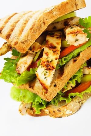 sandwich au poulet: Sandwich au poulet grill� avec des tranches de tomates et de laitue Banque d'images
