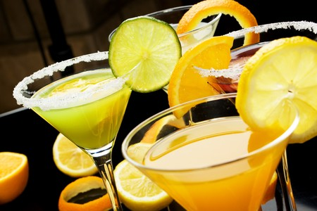 lima limon: Bebida c�ctel de jugo de fruta decorado con lim�n, Lima y rodajas de naranjas
