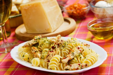chicken meat: Delicious italian pasta with fried chicken meat