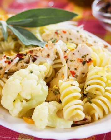 chicken meat: Traditional italian pasta with chicken meat and cauliflower