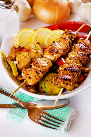 chicken meat: Grilled chicken meat skewers with vegetables and lemon slices