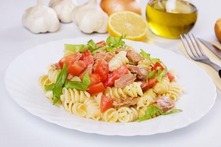 atun: Ensalada de carne, pasta, tomate y lechuga de at�n cl�sico  Foto de archivo