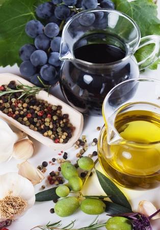 aceite de oliva: Aceite de oliva virgen y vinagre bals�mico con especias del Mediterr�neo Foto de archivo