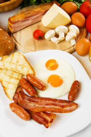 english breakfast: Eggs, sausages and bacon, traditional english breakfast food