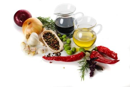 Especias del Mediterráneo y los ingredientes alimentarios, aislados en fondo blanco