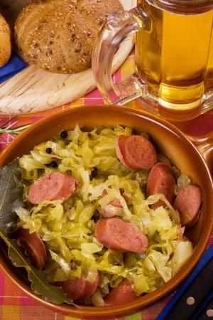 comida alemana: Comida tradicional alem�n, chucrut con chorizo, servido con pan y cerveza