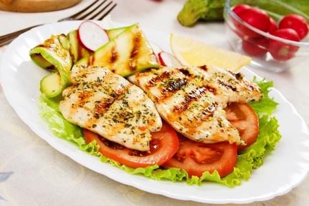 Gegrilltes Huhn Weißfleisch mit Zucchini, Tomaten und Salat Standard-Bild