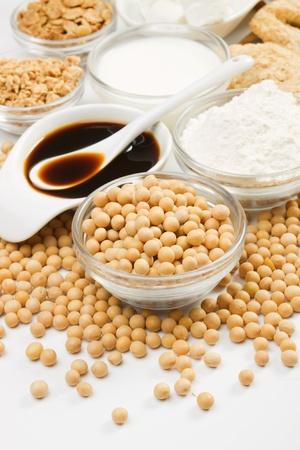 Sojabohnen und verschiedenen Soja-Produkte auf weißem Hintergrund, nicht isoliert