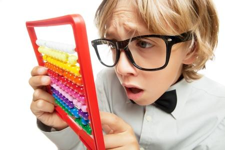 Jonge jongen met telraam speelgoed rekenmachine op wit wordt geïsoleerd