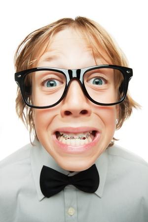 geek: Chico joven con los apoyos tooh aisladas sobre fondo blanco