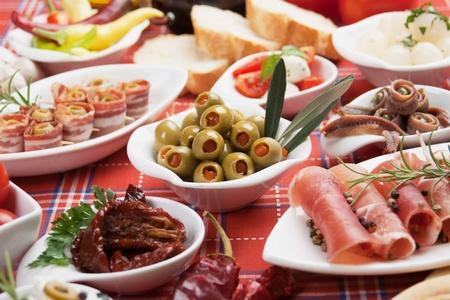 tapas espa�olas: Aceitunas encurtidas con otros alimentos de aperitivo del Mediterr�neo Foto de archivo