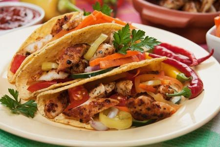plato de comida: La carne de pollo a la plancha, verduras y aj� limo en tacos Foto de archivo