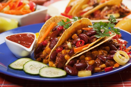 Chili con carne se sirve con tacos de ma�z y chiles photo