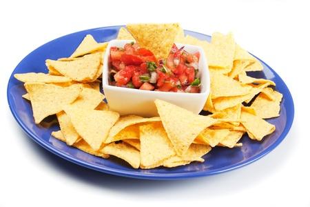 tortilla de maiz: Nachos de maíz con salsa casera fresca aislados en blanco Foto de archivo