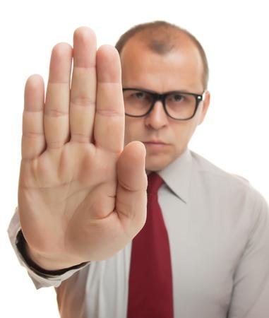gestos: Hombre de negocios que muestra gesto de la mano de parada aisladas en blanco