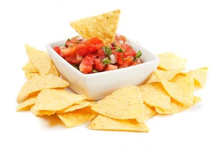 bailar salsa: Nachos de maíz con salsa casera fresca aislados en blanco Foto de archivo