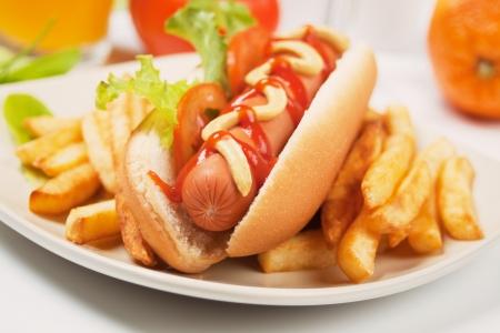 Hot Dog mit Tomaten, Salat und Pommes frites Französisch