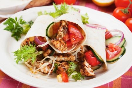 tortilla wrap: Pollo a la plancha y ensalada de verduras en s�ndwich de envoltura de tortilla Foto de archivo