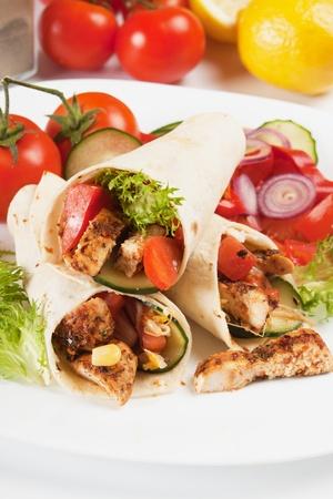 tortilla wrap: La carne de pollo a la plancha y ensalada de verduras en s�ndwich de envoltura de tortilla Foto de archivo