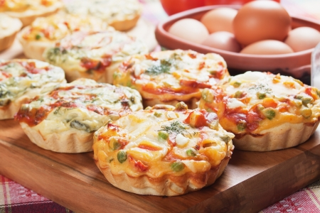 Mini quiche pie with vegetables, healthy vegetarian food Imagens