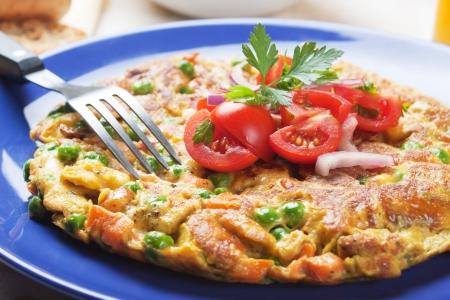 Frittata omelete mit Gemüse, reiche und gesunde Mahlzeit