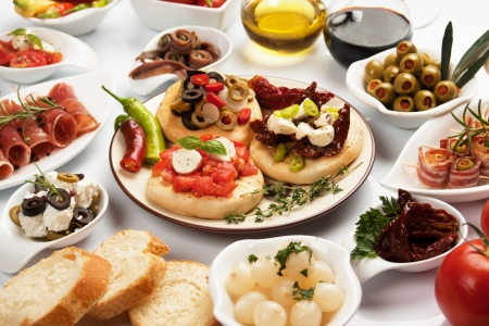tapas españolas: Mesa llena de aperitivos, tapas mediterráneas o antipasto