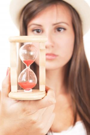 sand clock: Donna con clessidra, immagine messa a fuoco selettiva
