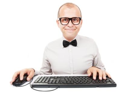 geek: Geek de la computadora con el teclado y el rat�n, aislado sobre fondo blanco
