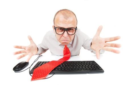 geek: Confundido friki nerd de la computadora aislados sobre fondo blanco