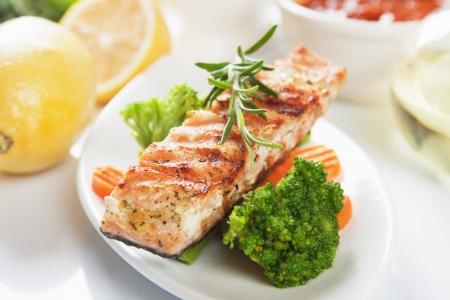 brocoli: Filete de salmón a la plancha con romero y verduras Foto de archivo