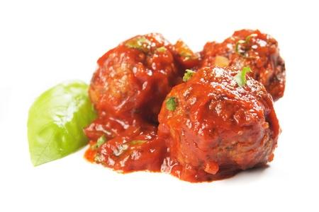 Fleischbällchen in Tomatensoße auf weißem Hintergrund isoliert Lizenzfreie Bilder
