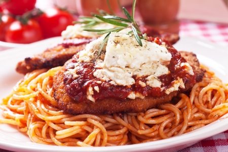 carne de pollo: Pollo parmesano, carne de pollo empanado con salsa de tomate y pasta de espaguetis