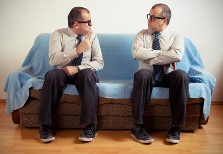 personalidad: Hombre con doble personalidad que se sienta en un sof?