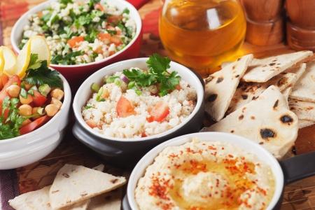 comida arabe: Ensalada de cuscús con tomate y cebolla tierna, deliciosa comida mediterránea Foto de archivo