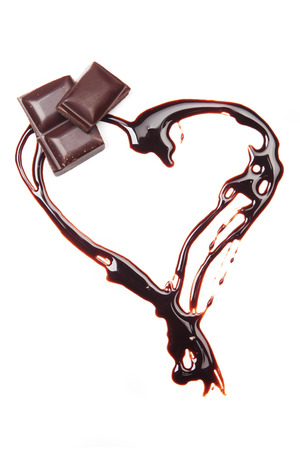 chocolate derretido: Coraz�n de chocolate derretido aislado en fondo blanco