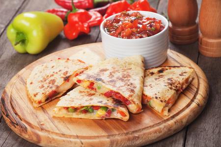 Mexican Quesadillas mit Käse, Gemüse und Salsa Lizenzfreie Bilder