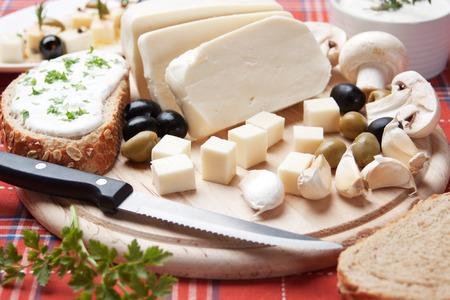 queso blanco: Queso blanco y crema agria sirve para el desayuno con ajo y aceitunas Foto de archivo