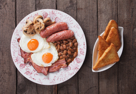 sunny side up: Full english breakfast with scrambled egg, bacon, mushrooms, sausage and kidney beans