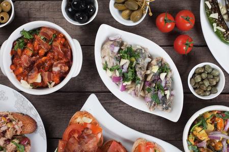 tapas espa�olas: Tapas espa�olas o alimentos antipasto, aperitivos buffet fr�o