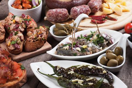 spanish tapas: Tapas espa�olas o alimentos antipasto, aperitivos buffet fr�o