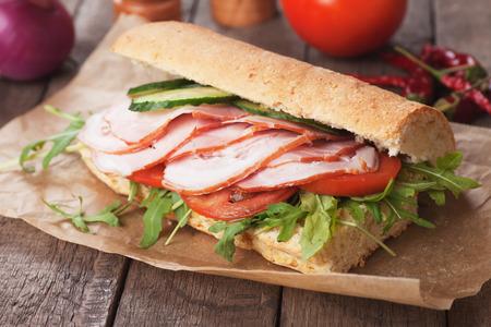 Sándwiches submarinos con jamón, tomate y ensalada de rúcula Foto de archivo - 36196798