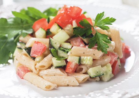 Italian pasta salad with tomato, cucumber and parsley Foto de archivo