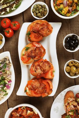 tapas españolas: Tapas o alimento antipasto, mediterráneo buffet frío grande para los partidos