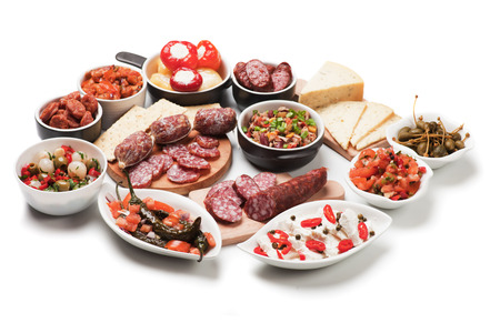 �cold: Tapas spagnole o cibo antipasto, antipasti a buffet con piatti isolati su sfondo bianco