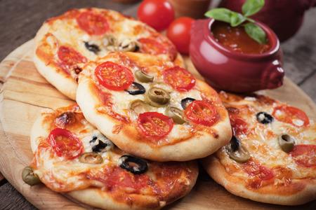 mini pizza: Mini margherita pizzas with cheese, olive and tomato